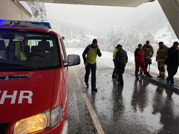 Auf die Ranalter Straße ging am Sonntag eine Lawine ab und erfasste einen Kleinbus. Die Straße wurde in der Folge gesperrt.