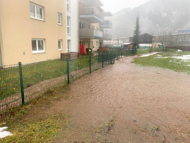 Der Dauerrregen führt auch im Unterland zu Überflutungen durch übergegangene Bäche. In Hochfilzen stand die Feuerwehr am Sonntagnachmittag im Einsatz.