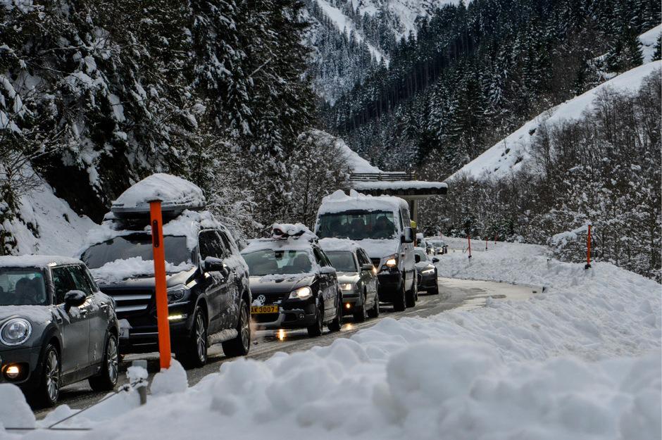 Die Stubaier Gletscherstraße musste wegen einer Lawine gesperrt werden. Seit Montagnachmittag ist sie wieder befahrbar.