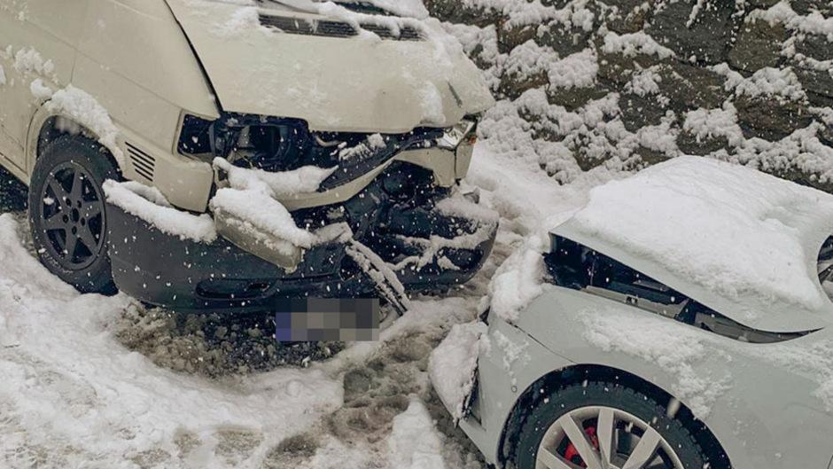 Beide Autos wurden schwer beschädigt, die Lenker unbestimmten Grades verletzt.