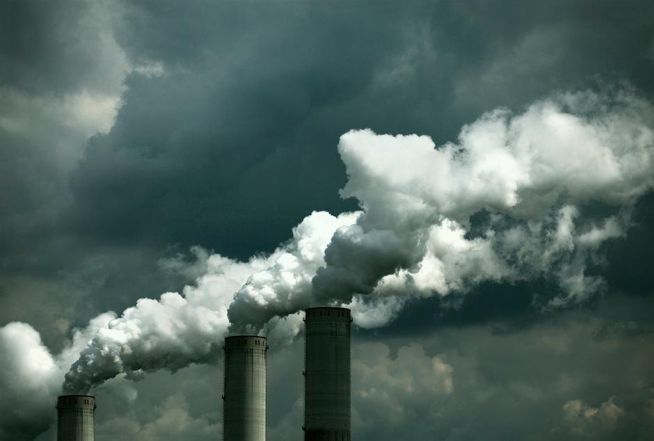 Wer CO2 produziert, wird zur Kasse gebeten: Das trifft Branchen wie Industrie und Transport. Auch viele Lebensmittel und Reisen werden teurer.