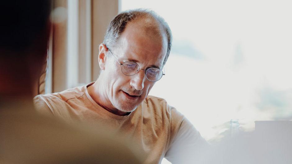 Hans Platzgumer, geboren 1969 in Innsbruck, heißt Leserinnen und Leser in seiner Wirklichkeit willkommen.
