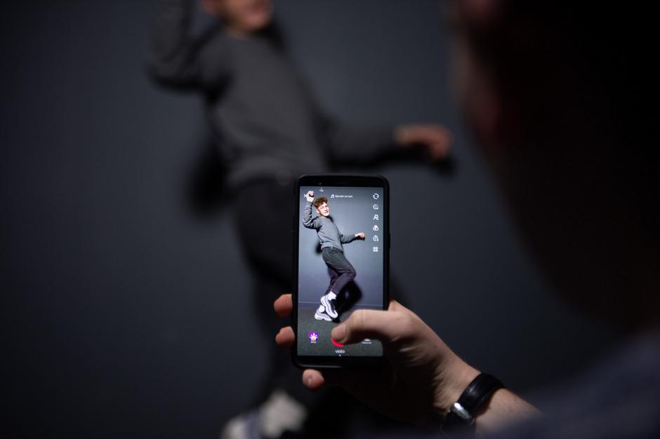 Auf der Suche nach der perfekten Pose: Mit der Handy-App werden private Videoclips produziert und geteilt.