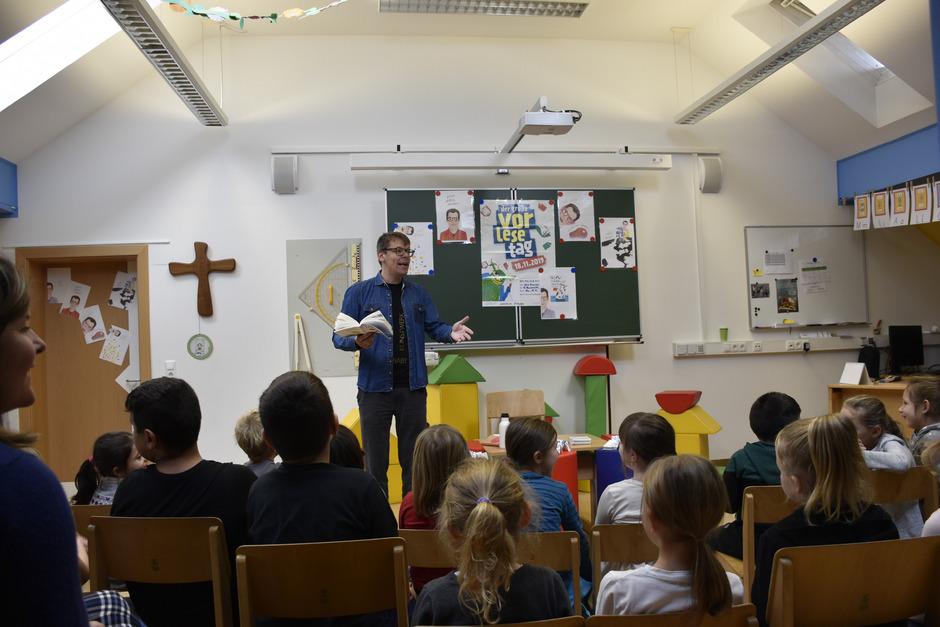 Der aus Nassereith stammende Schriftsteller Markus Köhle begeisterte die Kinder der VS Nassereith mit seinen Gedichten.
