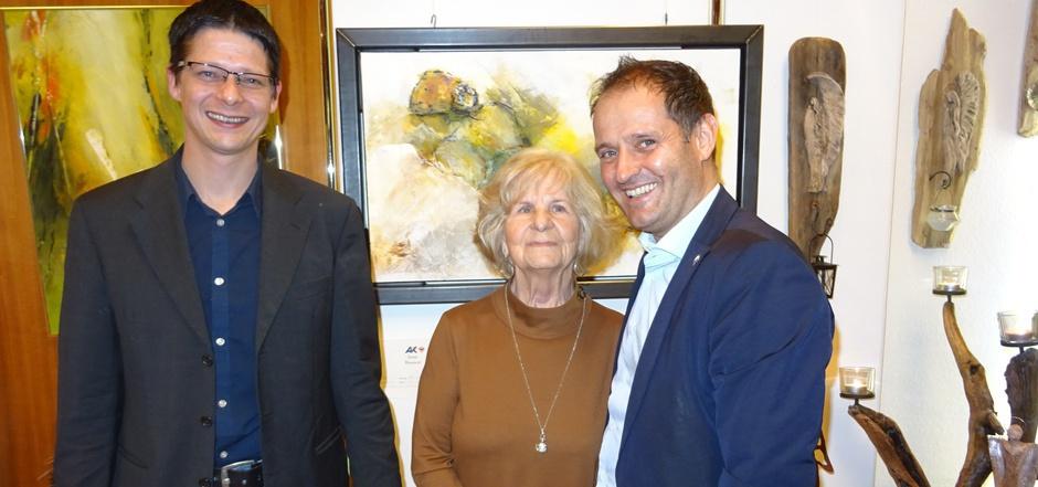 AK-Vizepräsident Christoph Stillebacher (l.) und der Imster AK-Chef Günter Riezler mit der Hobby-Künstlerin Elisabeth Köll, die genau zu ihrem Geburtstag das 15. Mal in der AK Imst ausstellte.