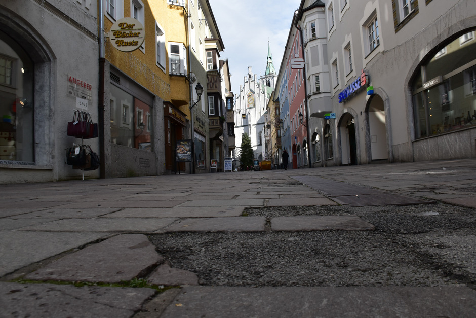 """30 Jahre hat das alte Pflaster der Schwazer Altstadt am Buckel und zählt bereits viele """"Löcher"""", wo Steine entfernt werden mussten."""