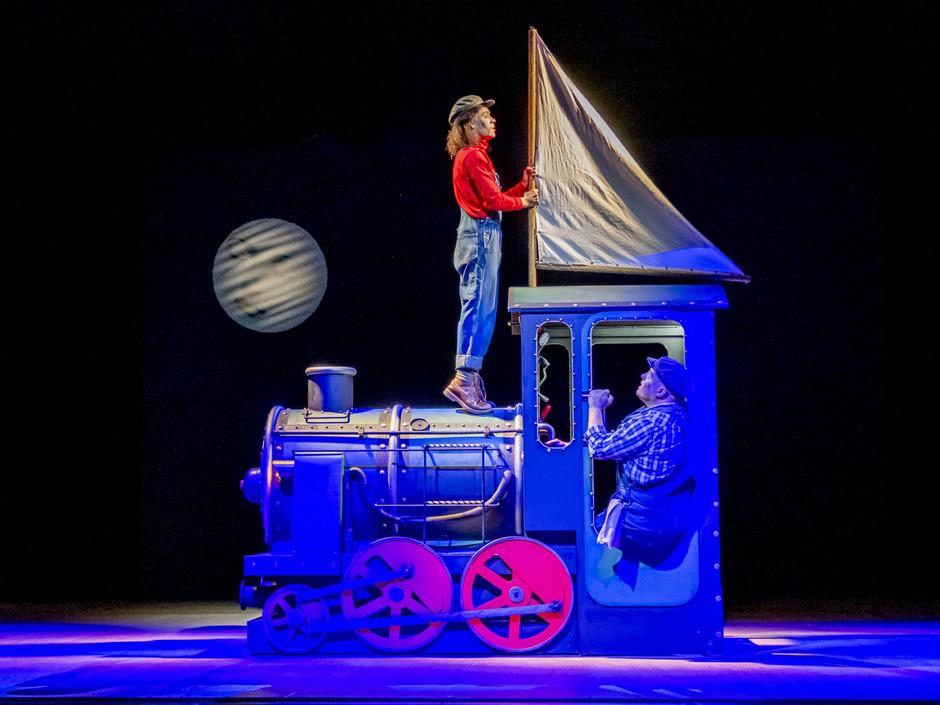 """""""Jim Knopf und Lukas der Lokomotivführer"""" begeben sich mit ihrer geliebten Lokomotive """"Emma"""" auf eine Reise ins Ungewisse."""