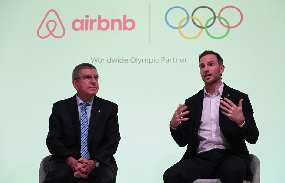 IOC-Präsident Thomas Bach (l.) und Airbnb-Mitbegründer Joe Gebbia gaben am Montag die neue Partnerschaft bekannt.