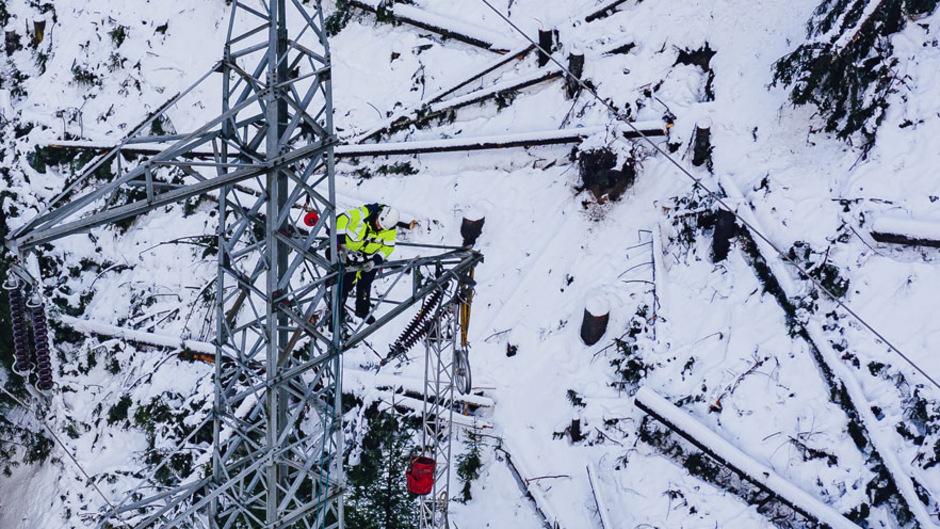 Alle Hände voll zu tun: Ein Mitarbeiter der Tinetz beim Instandsetzen einer Stromleitung in Osttirol.