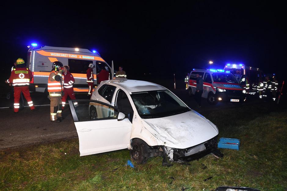 Das schwer beschädigte Auto blieb am rechten Fahrbahnrand liegen.