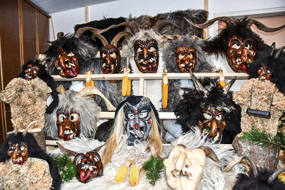 An die 100 Masken der zahlreichen Perchten-Passen in Breitenbach werden bei einer Ausstellung gezeigt.