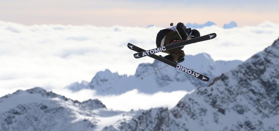 Vor der Kulisse der Stubaier Alpen und der Dolomiten heben die Freeskier ab morgen beim Slopestyle-Weltcup am Stubaier Gletscher ab.