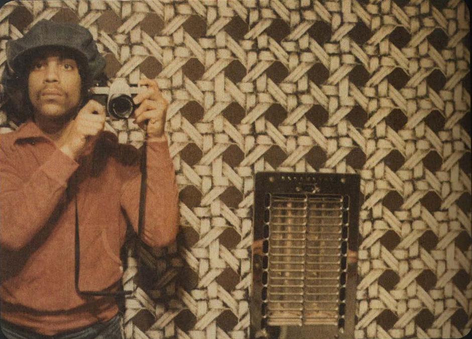 Zeichen der Zeit. Der junge Prince lichtet sich via Spiegel selbst ab.