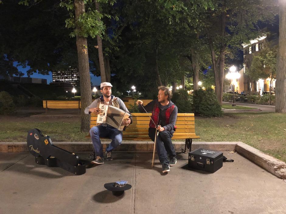 Florian Klotz (l.) und Manuel Strobl nehmen sich jedes Jahr eine musikalische Auszeit. Morgen präsentieren sie ihr Best of in der Kellerei.