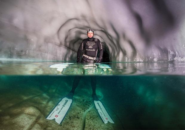 Weltrekord im Zillertal: der Freitaucher Christian Redl bezwingt einen Eisschacht am Hintertuxer Gletscher.