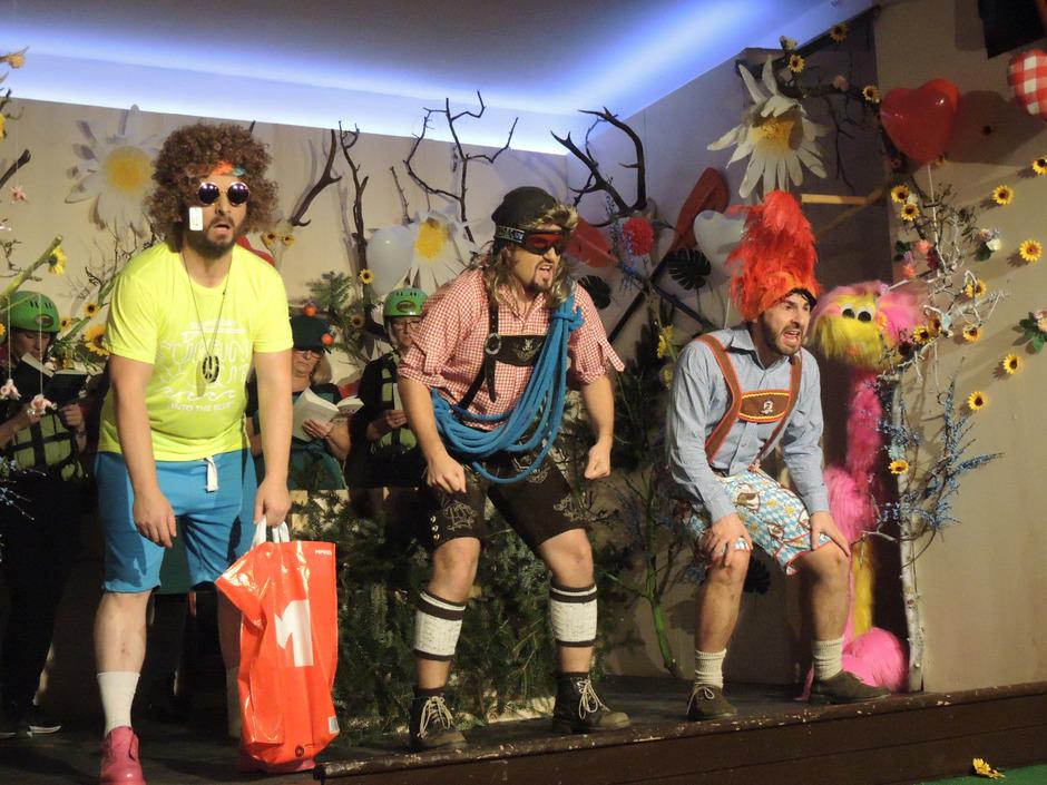 """Die Theatergruppe QuartierB2 aus Haiming gibt sich mit """"Mordsgebirg"""" von Manfred Schild sinnbefreit lustig."""