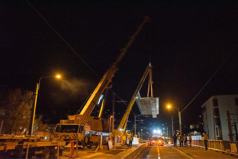 Besondere Herausforderungen während der Bauphasen seien die Aufrechterhaltung des ÖBB-Bahnverkehrs unterhalb der Brücke.