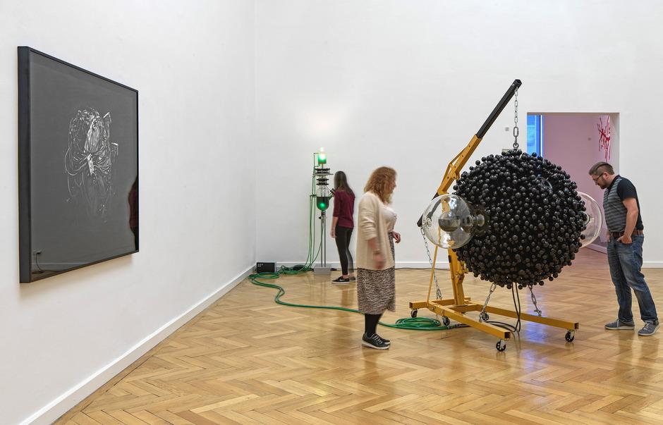 """Thomas Feuersteins Beitrag zur Ausstellung """"Schönheit vor Weisheit im ferdinandeum. """"Futur II, Praesens, Gadget"""", 2013/16."""