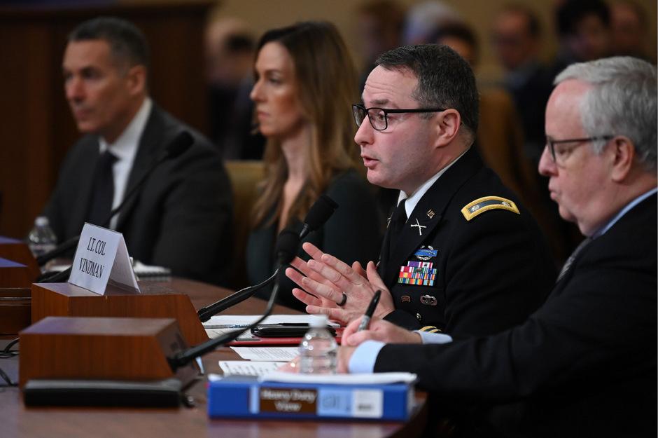 """Der Mitarbeiter des Nationalen Sicherheitsrates, Alexander Vindman (Mi.), sagte am Dienstag vor dem Geheimdienstausschuss des US-Repräsentantenhauses: """"Es war unangemessen vom Präsidenten, eine Untersuchung eines politischen Gegners zu erbitten."""""""