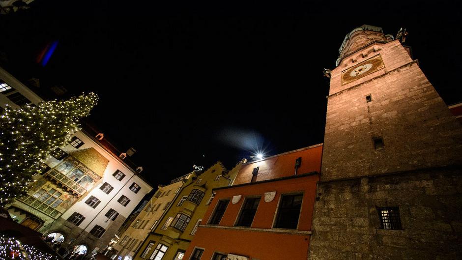 Markante Gebäude wie das Goldene Dachl in Innsbruck werden als Zeichen gegen Gewalt an Frauen orange angestrahlt.
