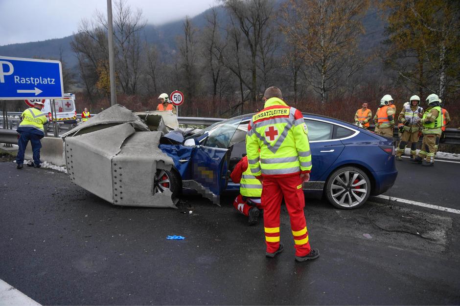 Der 59-jährige Fahrer wurde im Tesla eingeklemmt.