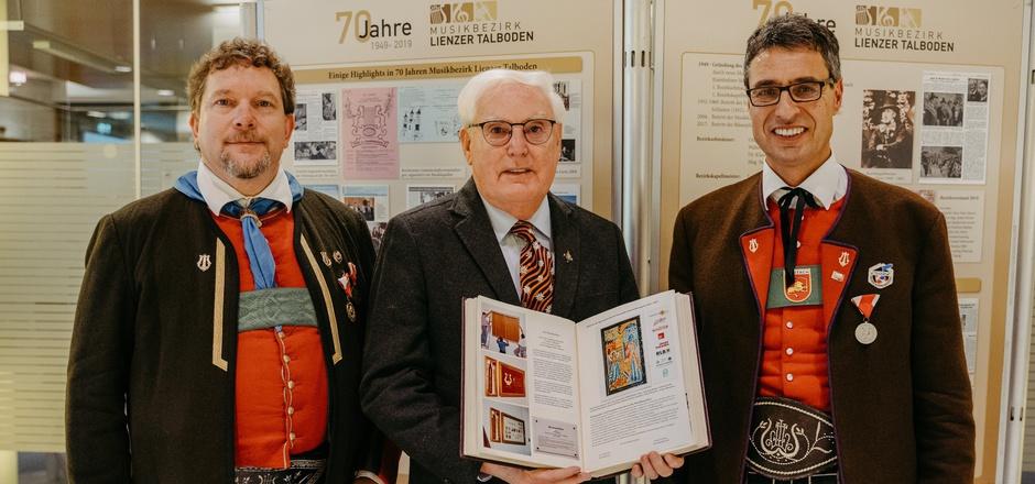 Bezirkskapellmeister Roman Possenig, Chronist Klaus Köck und Obmann Stefan Klocker (v.l.) haben die Chronik online stellen lassen.
