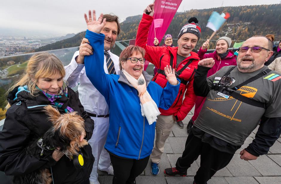 So sehen Sieger aus: (v.l.) Sonja Pfister, Monika Oberdorfer, Günter Krug und Gerhard Baumann haben am Welt-COPD-Tag mit Lungenfacharzt Christoph Puelacher (in Weiß) die Bergiselschanze erklommen.