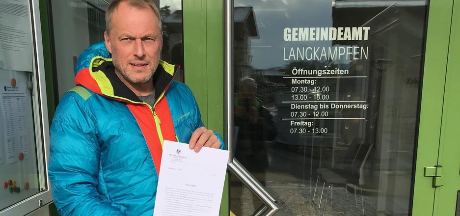 Initiativensprecher Norbert Winkler (Bild) überreichte die notariell begläubigte Unterschriftenliste an BM Andreas Ehrenstrasser.