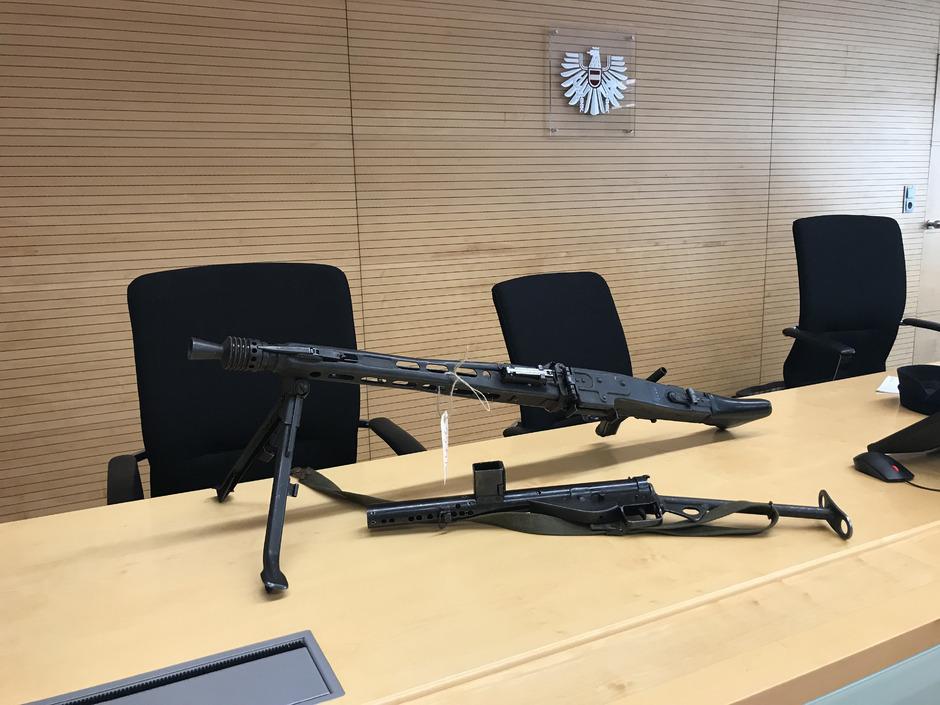 Sammlerstück im Visier der Justiz. Wer sich so eine Maschinenpistole ins Wohnzimmer stellt, sollte sich vorher genau erkundigen.