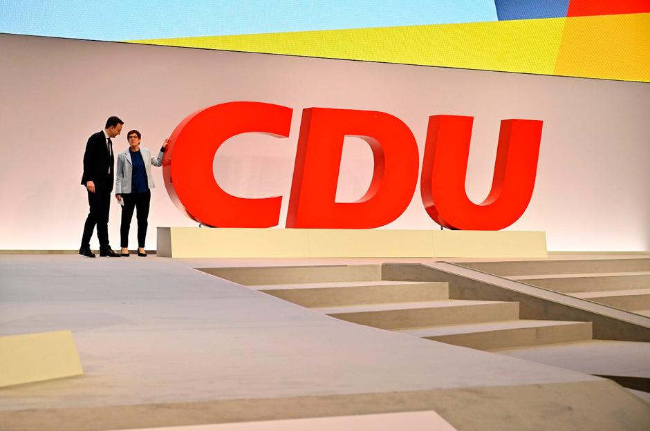 Parteichefin Annegret Kramp-Karrenbauer und Generalsekretär Paul Ziemiak gestern auf der für den Parteitag fertiggestellten Bühne.