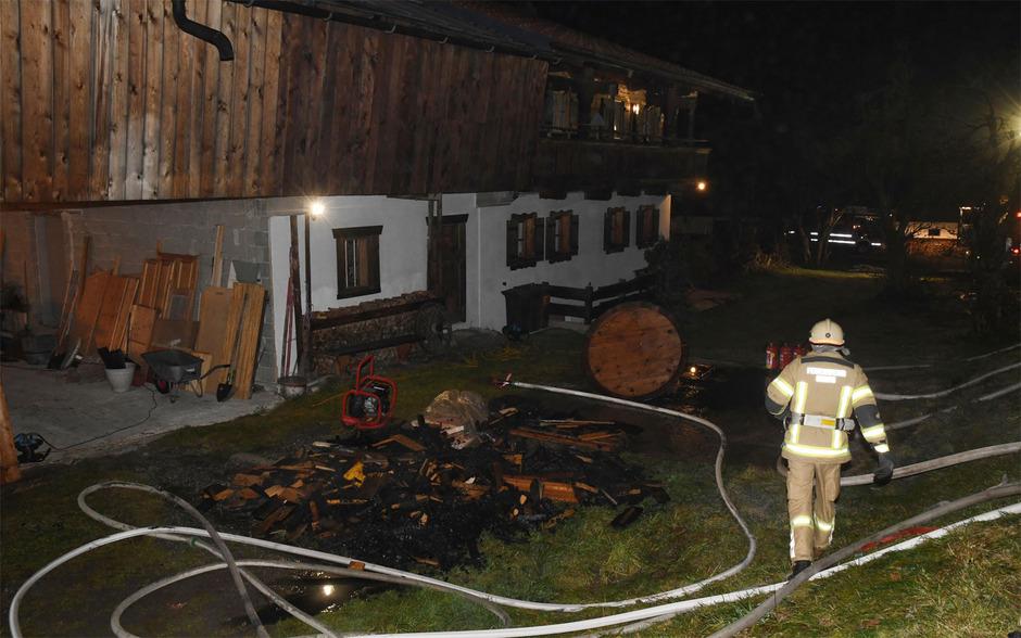 Ein Unbekannter zündete in Going Holz in einem Stadl und einen Holzstapel bei einem Einfamilienhaus an.