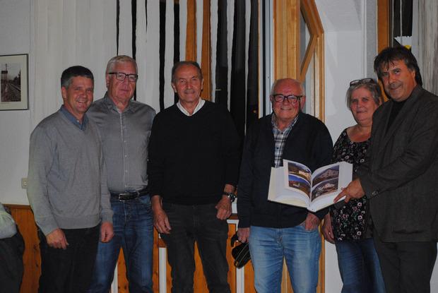 Vize-BM Günter Neururer, GV Günther Walser (v.l.) und BM Ingo Mayr (r.) bekamen am Rande der Sitzung von den Dorfchronisten Fritz Raggl, Helmut Plattner und Jolanda Krismayr die druckfrische Chronik 2018 überreicht.