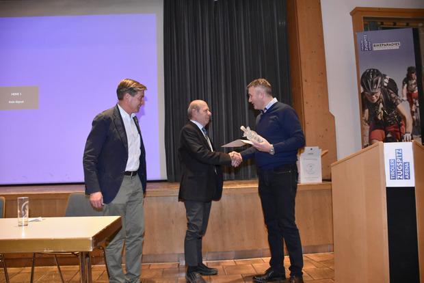 Neo-Obmann Theo Zoller (r.) und sein Stellvertreter Franz Dengg (l.) bedankten sich bei Thomas Schennach (M.) für seine Arbeit.