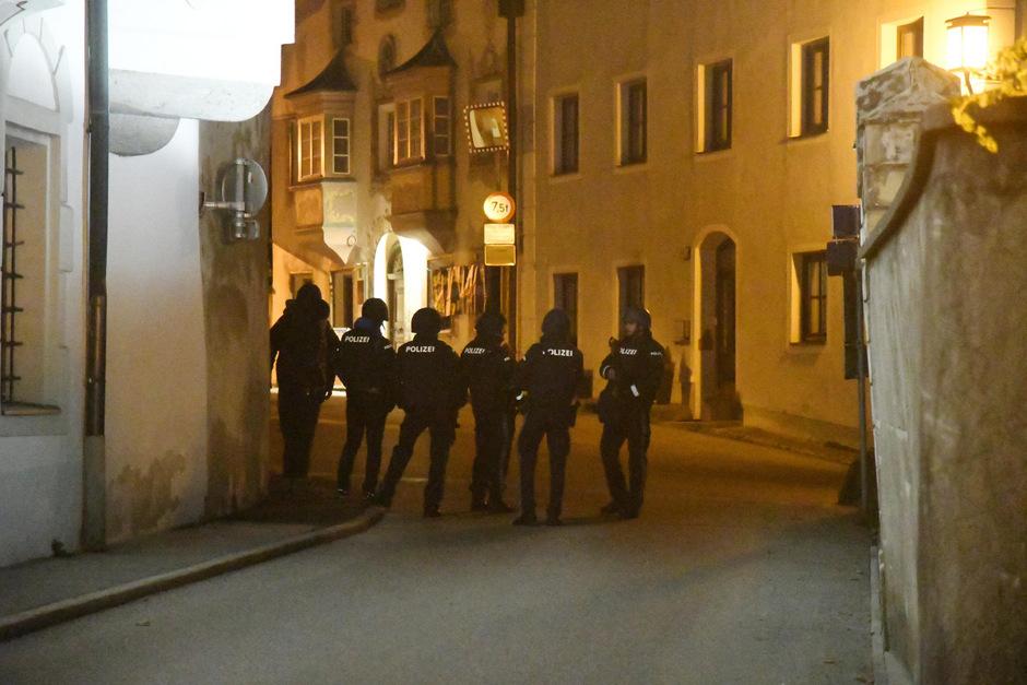 Der nächtliche Polizeinsatz in der Schwazer Altstadt sorgte bei Anwohnern für Aufregung.