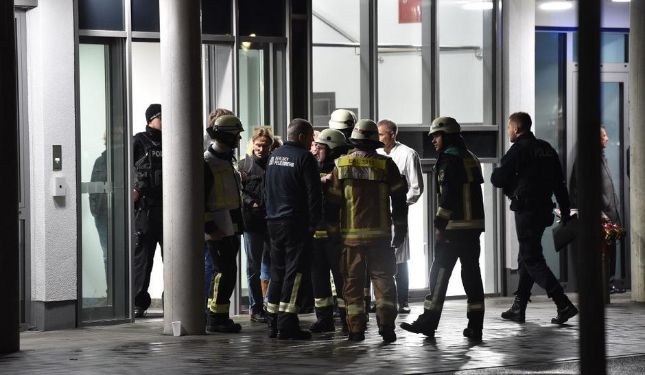 Einsatzkräfte am Dienstag vor dem Krankenhaus in Berlin-Charlottenburg, in dem sich die schreckliche Tat ereignete.