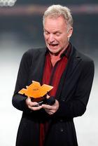 """Die modern designte IMA-Statuette wurde der """"lebenden Legende"""" Sting (68) unter großem Publikumsjubel von Udo Lindenberg überreicht."""