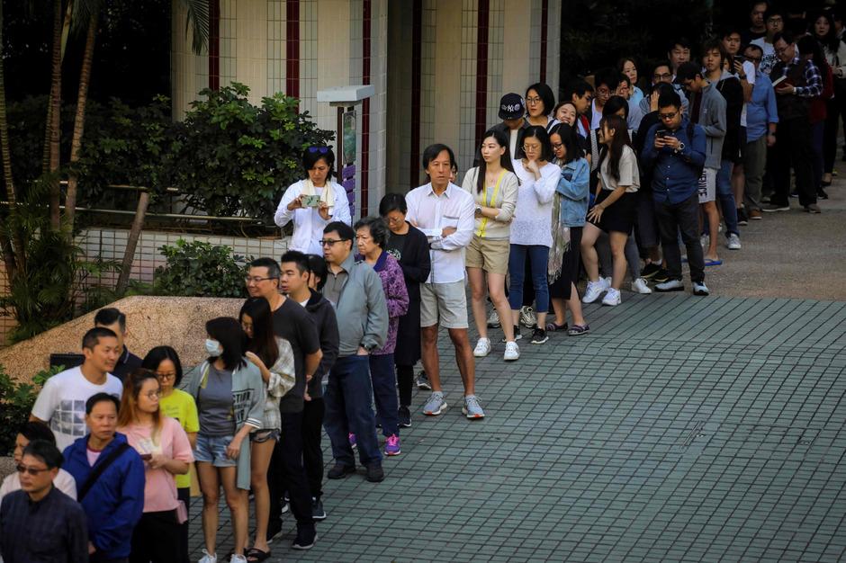 Vor den Wahllokalen bildeten sich lange Schlangen.