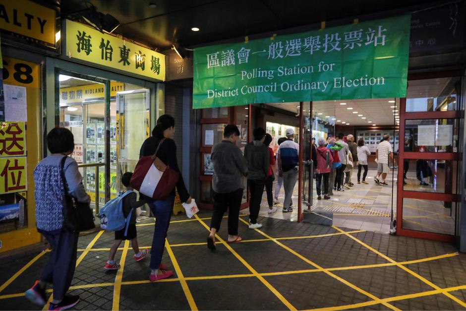 Lange Schlangen vor den Wahllokalen in Hongkong.