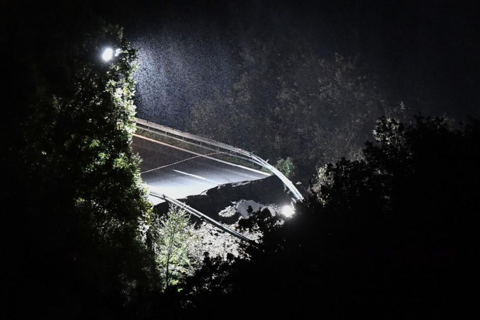 Bei Savona in Ligurien stürzte ein Autobahnviadukt auf einer Länge von etwa 30 Metern ein.