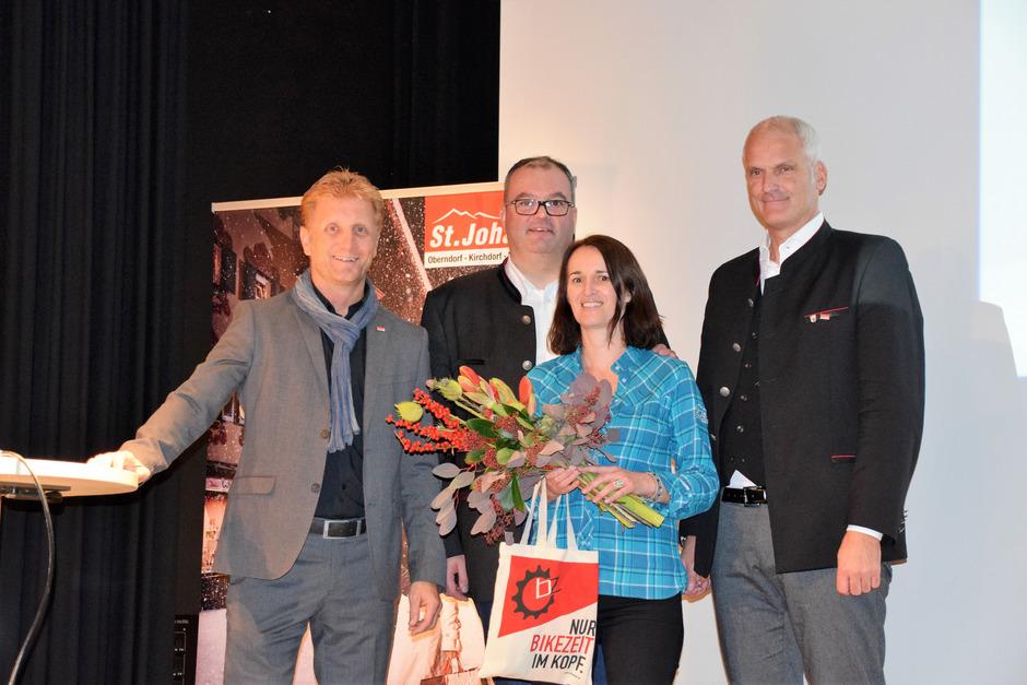 TVB-Geschäftsführer Gernot Riedl, Obmann Josef Grander und Aufsichtsrat Günther Huber (von links) dankten TVB-Mitarbeiterin Monica Schmid, die vor 30 Jahren ihren ersten Arbeitstag hatte.