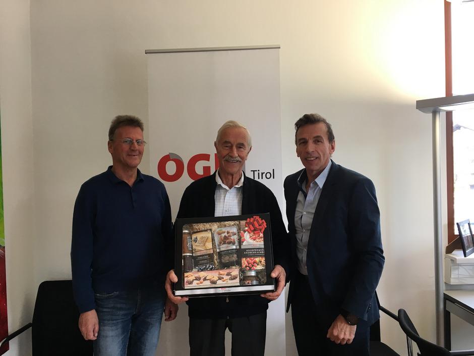 Otto Lenk (l.) und ÖGB-Regionalsekretär Hansjörg Hanser (r.) bedanken sich bei Josef Brandstätter für seinen Einsatz.