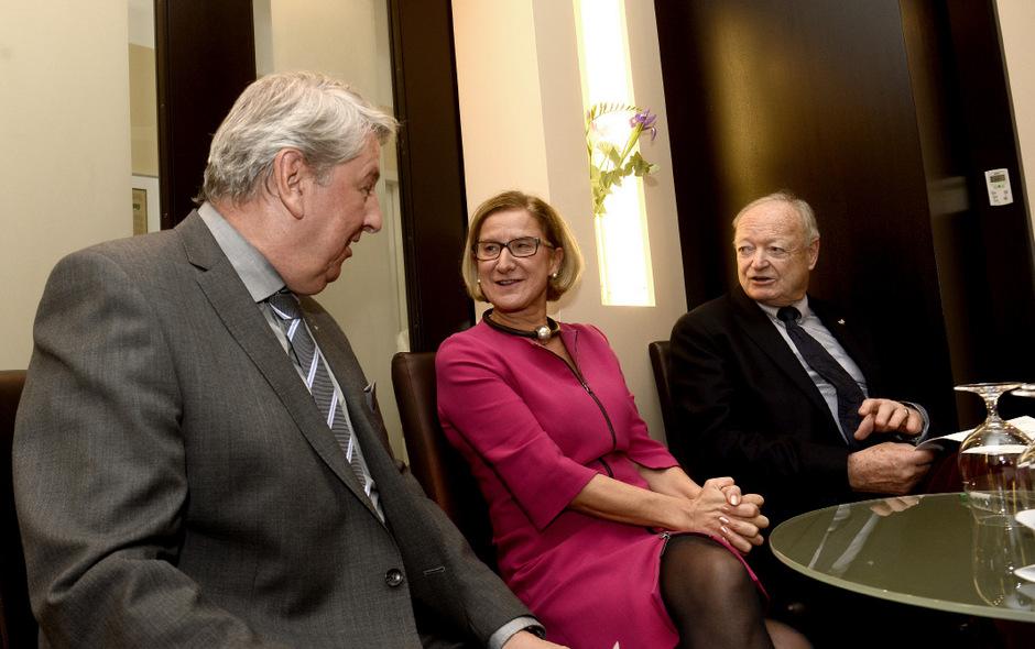 Landeshauptfrau Johanna Mikl-Leitner im Gespräch mit TT-Chefredakteur Mario Zenhäusern (l.) und Ex-Nationalratspräsident Andreas Khol.