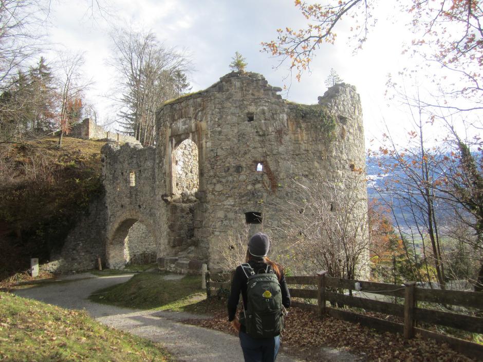 An der Burgruine Thaur vorbei ...