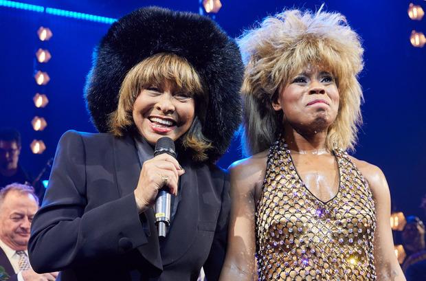 Original und Kopie: Tina Turner und Kristina Love, Sängerin und Hauptdarstellerin, stehen nach der Deutschland-Premiere des Musicals auf der Bühne.