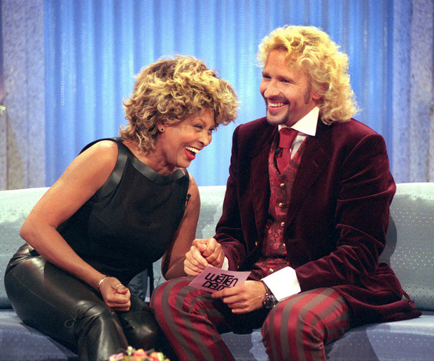"""Tina Turner und Moderator Thomas Gottschalk bei """"Wetten dass...?"""" im Jahr 1999."""