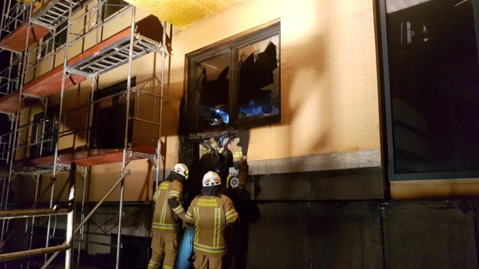 Bei einer Baustelle in Fieberbrunn waren am Dienstagmorgen die Feuerwehren Fieberbrunn und St. Johann im Einsatz.