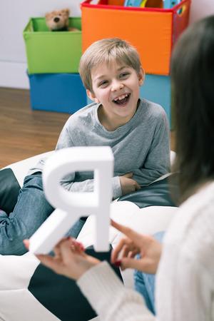 Logopädie wird vom Kindes- bis ins hohe Lebensalter eingesetzt.