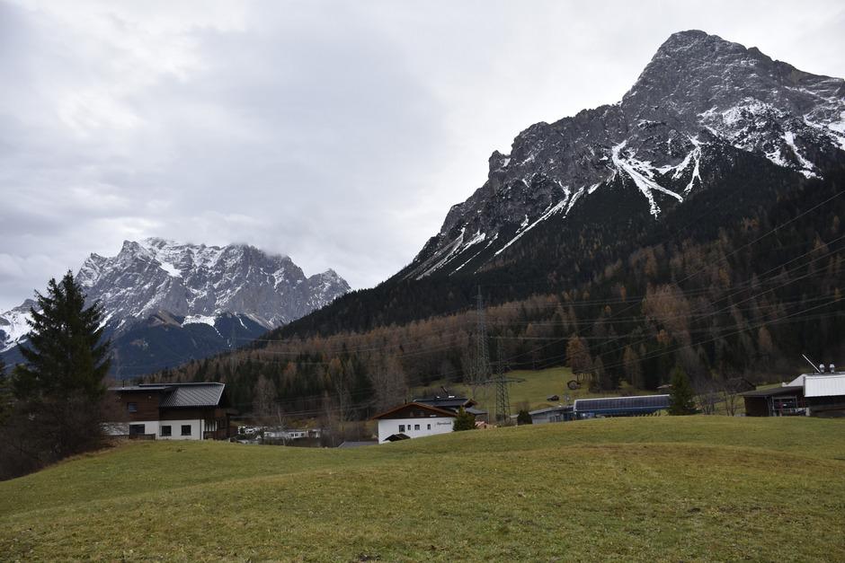 Während das Projekt mit 50 Chalets am Weißensee keine gültige Baugenehmigung mehr hat, stehen die Zeichen für ein zweites Projekt an der Marienberg-Talstation (r.) gut: Kommende Woche findet dazu die bau- und gewerberechtliche Verhandlung statt.