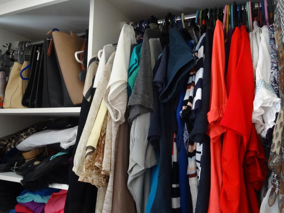 Der morgige Kauf-nix-Tag soll achtsam machen hinsichtlich des Konsumverhaltens. Denn so genannte Schrankleichen – ungenützte Kleidung – gibt es überall, nicht nur in überquellenden Kästen.