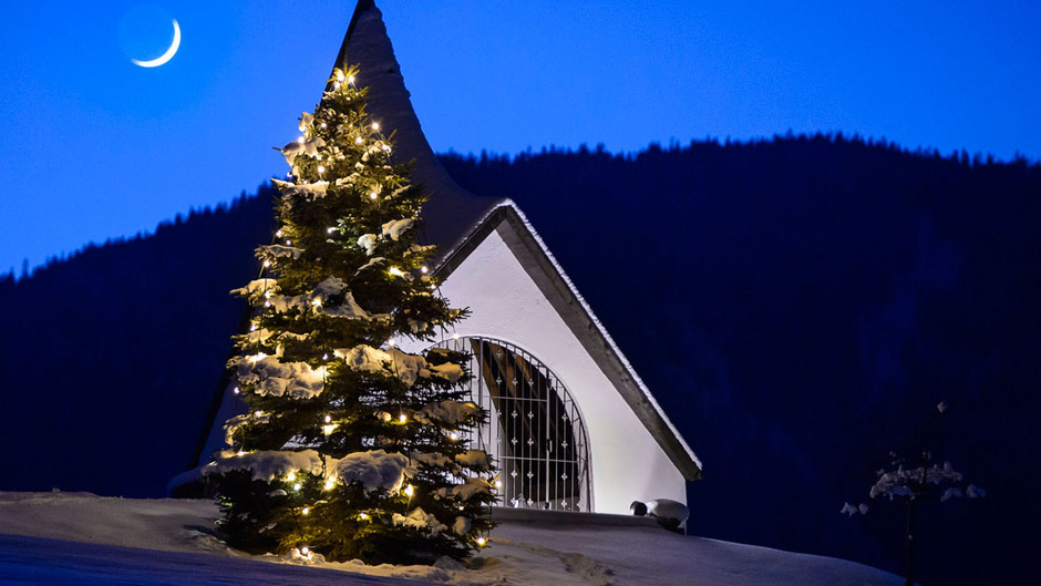 Christbaum mit Kapelle in Mieming.